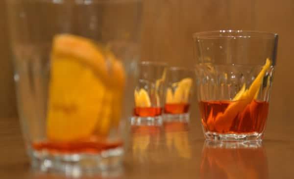 Quatro copos do drink Negroni