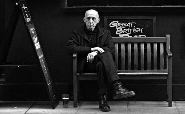 Velho sentado e chateado