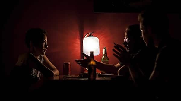 Conversa no escuro dentro de bar