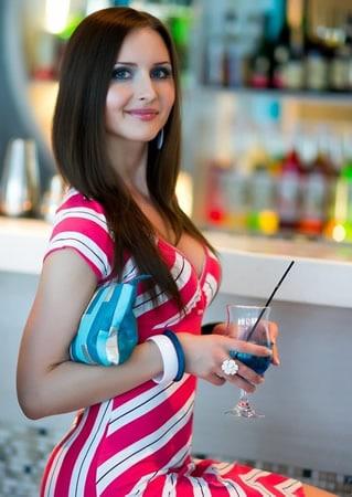 Mulher linda bebendo drink