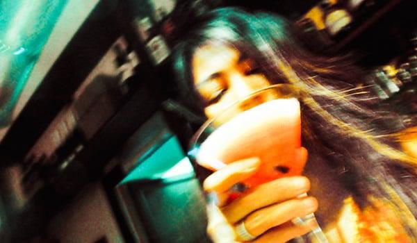 Mulher bebendo o drink Kamikaze
