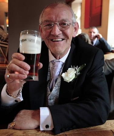 Pai da noiva bebendo cerveja