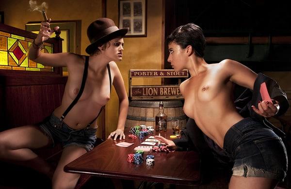 Mulheres peladas jogando poker num bar