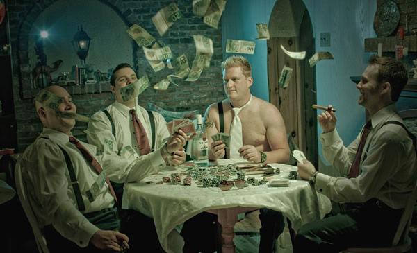 Amigos do noivo jogando poker e dinheiro pra cima