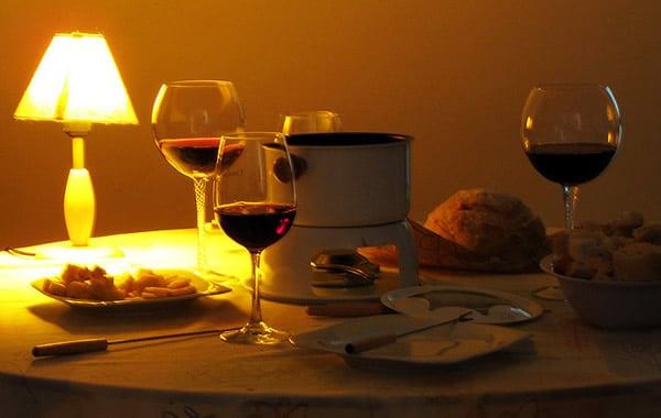 Fondue com taças de vinho
