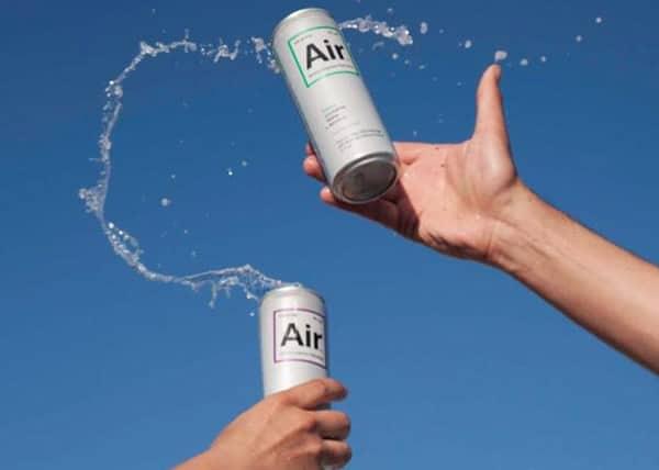 Latas abertas e brindando do Drink Air