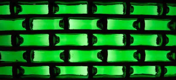 Parede de tijolo feito com garrafas de Heineken