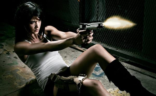 Mulher gata dando tiro com pistola