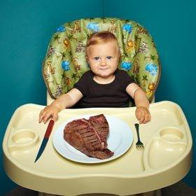Bebê comendo churrasco