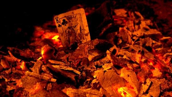 Carvão com o baralho queimando