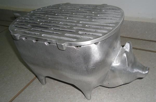 Churrasqueira com formato de porco feita de alumínio