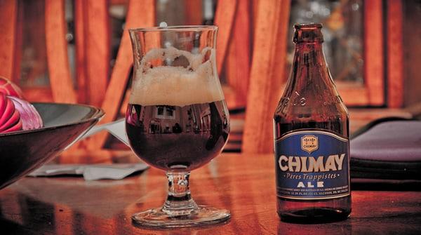Garrafa e copo da cerveja Chimay Blue