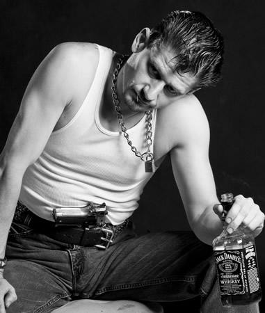 Homem armado segurando uma garrafa de Jack Daniels
