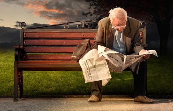 Idoso lendo jornal
