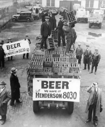 Galera segurando um monte de cerveja