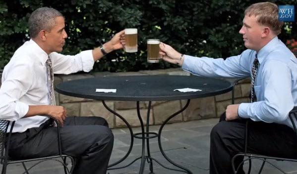 Obama brindando com cerveja na Casa Branca