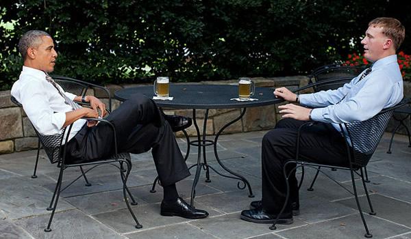 Obama conversando e bebendo cerveja com Dakota Meyer