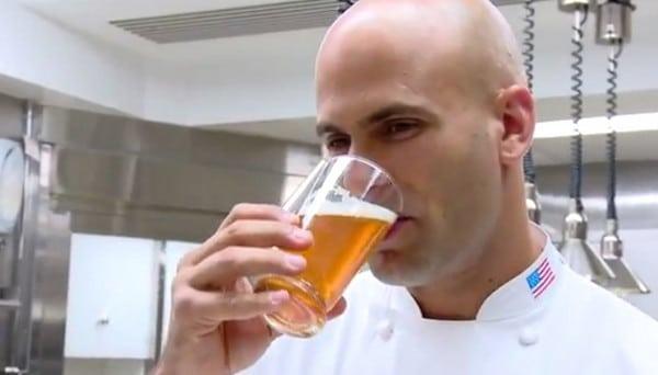 Sam Kass bebendo cerveja