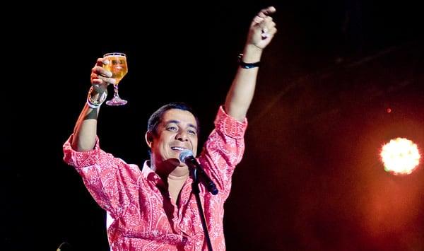 Zeca Pagodinho segurando um copo de cerveja