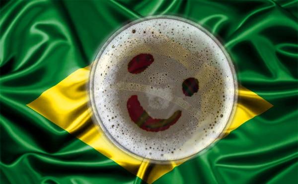 Bandeira brasileira com copo de cerveja sorrindo