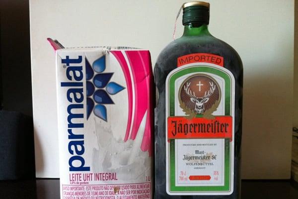 Garrafa de Jägermeister e caixa de leite