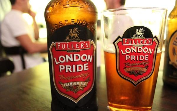 Garrafa e copo da cerveja London Pride