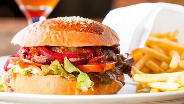 Hambúrguer com batata frita