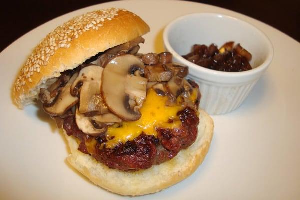 Hambúrguer com cebola e champignon