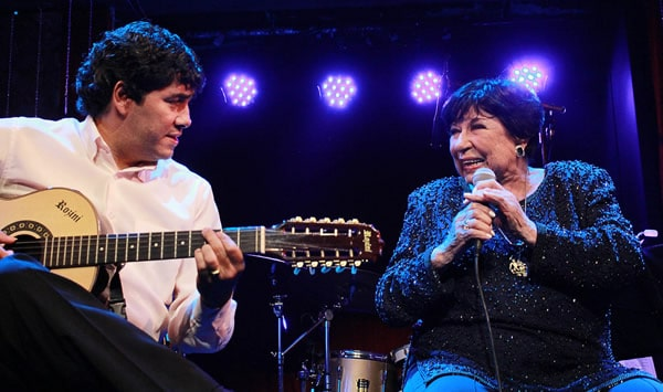 Inezita Barroso cantando