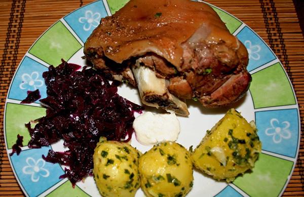 Joelho de porco no prato