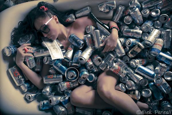 Mulher latas de cervejas com dinheiro