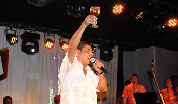 Zeca Pagodinho segurando copo de cerveja