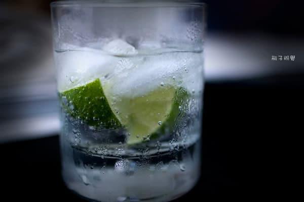 Água com gelo e limão