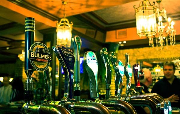 Chopeiras de chopp de um Pub Irlandes