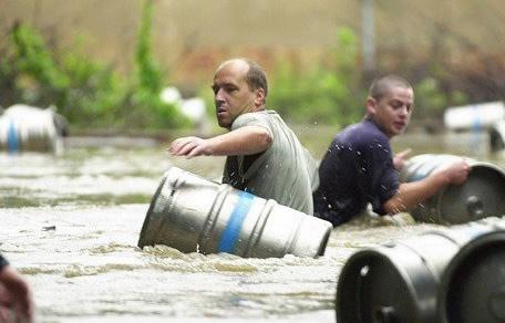 Homens numa inundação de cerveja