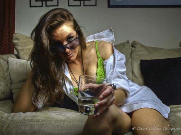 Mulher sexy oferecendo um drink