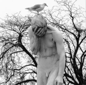 Estatua com a mão no rosto