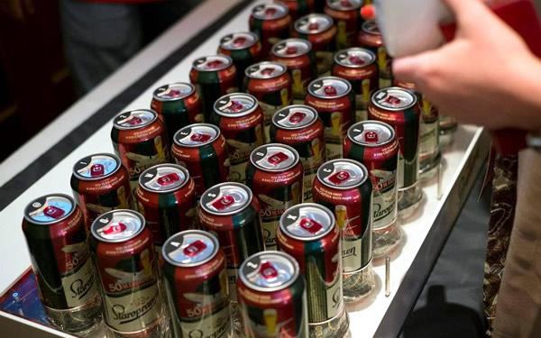 Teclado feito com latas de cerveja