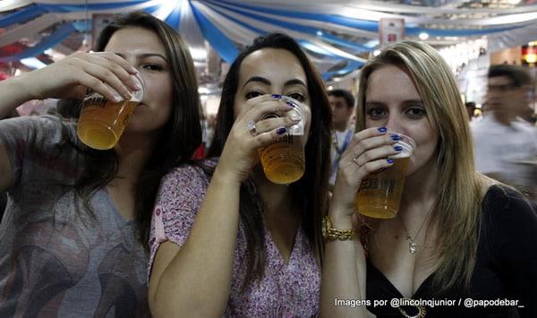 Trio de mulheres bebendo chopp