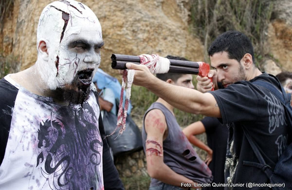 Zumbi com uma arma na cabeça