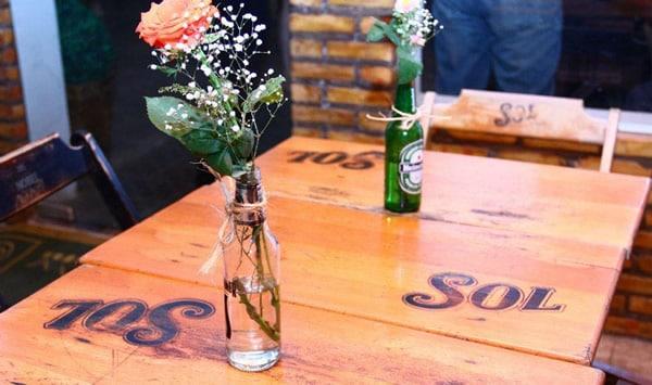 Arranjos da Heineken na mesa