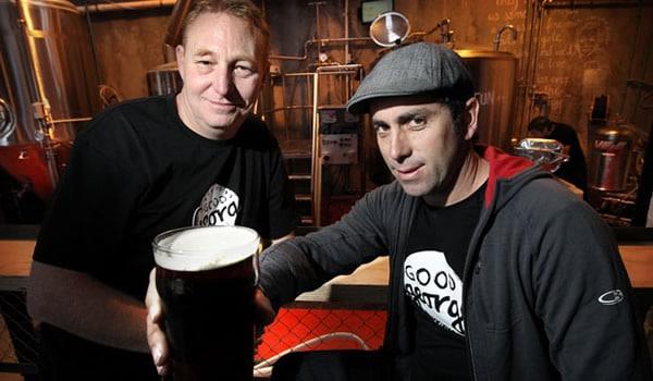 Os sócios da Good George com a cerveja Hobbit
