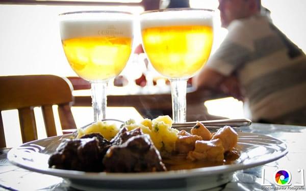 Copos de cerveja e um prato de comida