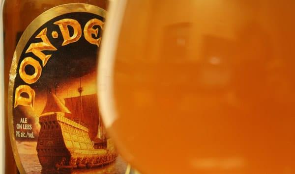 Copo e garrafa da cerveja Don de Dieu