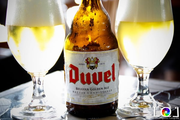 Garrafa e copos da cerveja Duvel