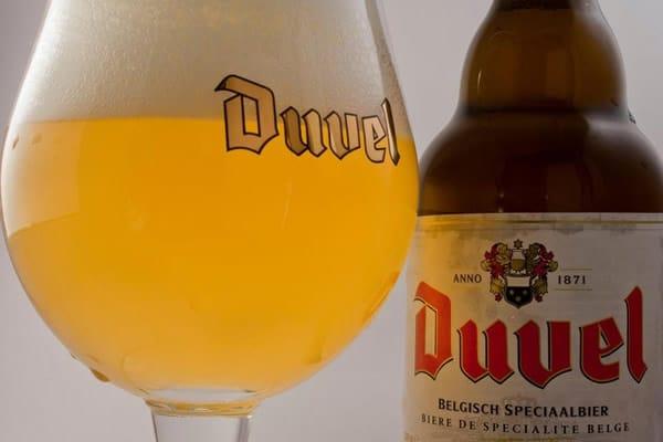 Garrafa e taça da cerveja Duvel