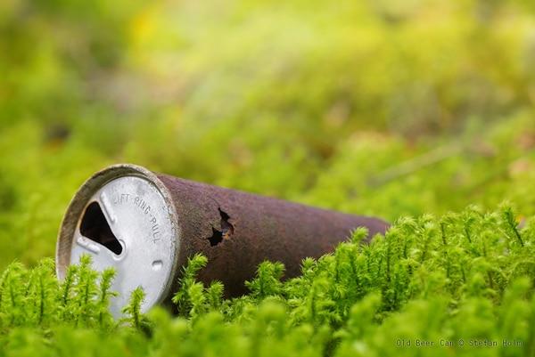 Lata de cerveja enferrujada em um gramado