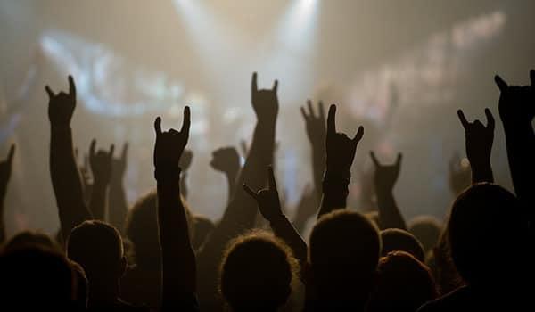 Galera levantando as mãos