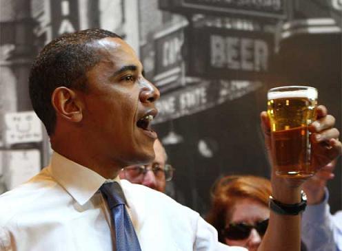 Obama segurando um copo de cerveja