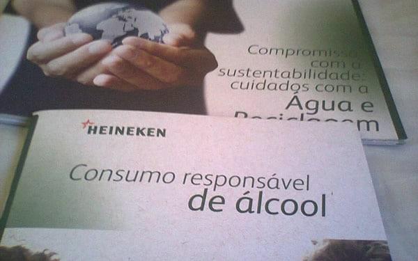 Panfletos sobre sustentabilidade da Heineken